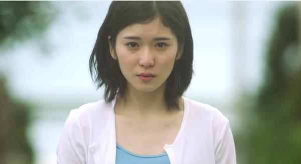 泣く演技をする松岡茉優