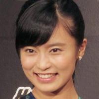 """小島瑠璃子の""""水着ずらしサービス""""に男女で意見真っ二つ"""