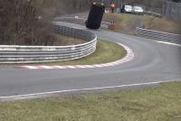 【ビデオ】日産「GT-R NISMO」がニュルでのレース中にクラッシュ、観客1名が死亡