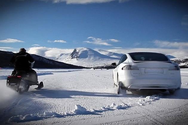 【ビデオ】テスラ「モデルS P85D」がスノーモービルと氷上対決!