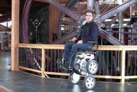 【ビデオ】セグウェイの生みの親が、立ち上がる車椅子「iBOT」をトヨタと共同で開発!