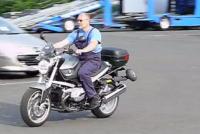 まるで補助輪!バイクが絶対に転倒しない装置がめちゃくちゃ斬新。