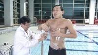 オードリー春日、おなかにラップ巻かれてフィンスイミング世界記録に挑戦