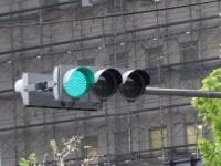 緑色なのに「青信号」と呼ぶのはなぜ? - 大学教授に聞いてみた