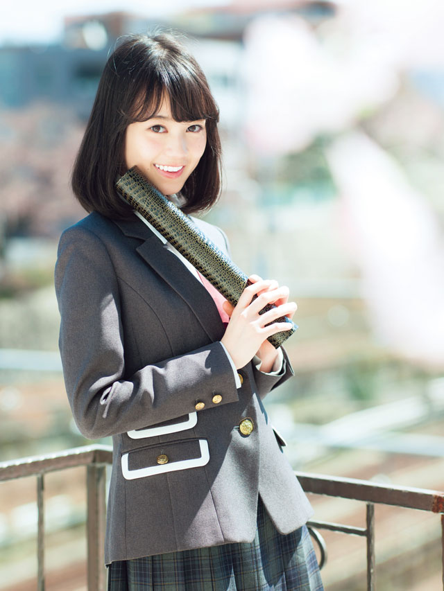 制服姿で笑顔を浮かべている生田絵梨花