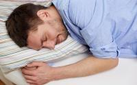 寝るときの姿勢が腰痛を悪化させる? 改善に役立つ理想の寝方とは??