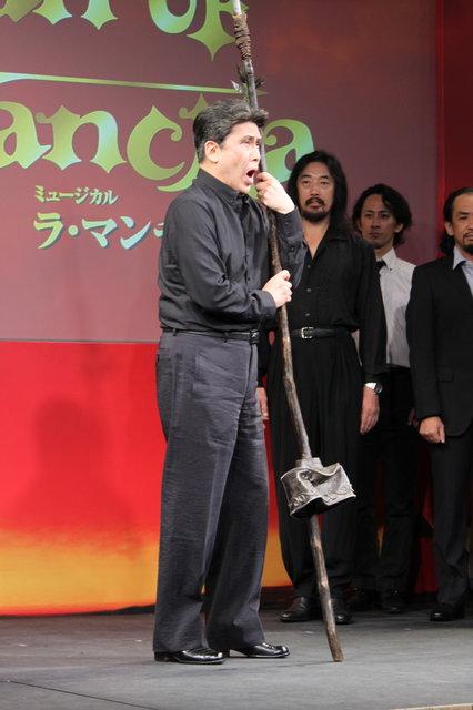 大きく口をあけている松本幸四郎