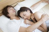 お泊まりデートで、彼女が寝たあとに男性がしていること2つ