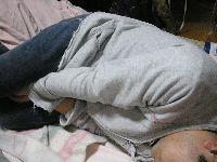 「股に手をはさんで寝る」という人について