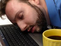 机にうつぶせて寝ると、ゲップがたまるのはなぜか