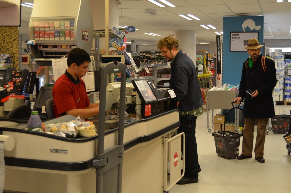デンマークでは、店員と客の上下...