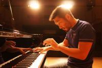 観客の熱気を受けコンサートでは即興で曲を奏でることもある