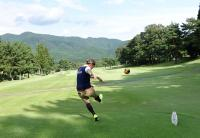 サッカーボールでゴルフをする「フットゴルフ」、爽快感あふれる新スポーツ!