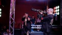 ナルコ・コリードのライブの様子。メンバーたちは歌詞に出てくるバズーカや銃を実際に持って歌い、演奏する(C)2013 by Narco Cultura, LLC