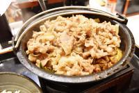 吉野家「牛すき鍋膳」肉2倍盛に満足! 鍋の底が見えないほど牛肉がたっぷり