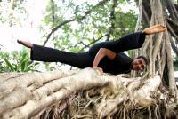 若き天才インド人が教える、体の滞りを解消するヨガ