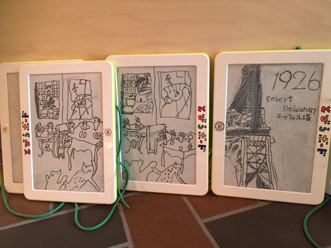 展示されている作品を模写することで、子どもに絵画に親しんでもらう目的があります。