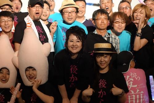 参加者と記念撮影する畑中葉子(中央)。