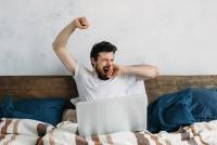 寝不足は職場の問題行動を誘発 「モラルの低い人」は特に注意