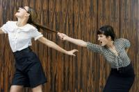 女性は職場で「男性よりも女性に厳しい傾向」との調査結果