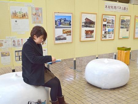 ホイップクリームみたいな木製椅子 福井市の間伐材でデザインコンペ
