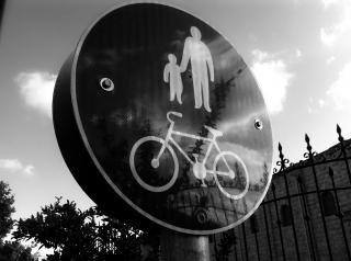 自転車やバイクが車を避けよう ...
