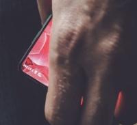 アンディ・ルービン氏、謎の狭額縁スマートフォンの画像をツイート