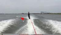 痛すぎるっ! 水上スキー中、魚が股間に直撃する悲劇