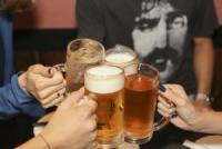 20代の半数近くは「月に一度も酒を飲まない」若者の酒離れの理由は?
