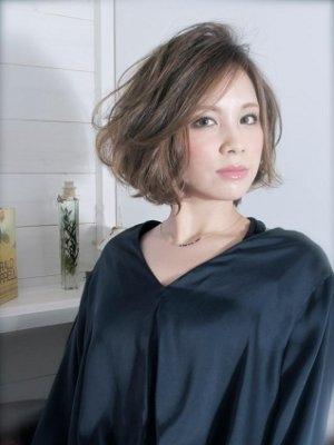 セクシーボブボブスタイルに飽きてしまった方におすすめのスタイルです。長めの前髪をふんわりと分けて、年齢を問わずに幅広い女性に最適です!