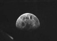 圧倒的存在感!アポロ8号の撮影した月の写真に巨大な舌のようなものが写っていた