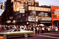 1980年。アメリカ、ニューヨークの街並みを撮影した写真