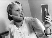 1930年代、ブダペストで自殺が流行。市はこれを抑えるため人々に笑いを教える「スマイリークラブ」を発足させる。