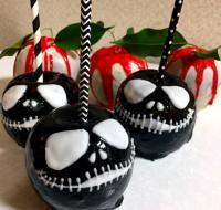 どちらのリンゴを選びますか?見て楽しい、食べておいしいハロウィン仕様の黒ドクロ&白チョコリンゴ飴の作り方【ネトメシ】