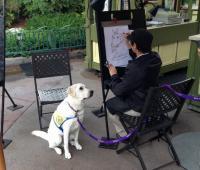 ディズニーランドでじっと座って似顔絵を描いてもらっていた介助犬のかわいさにキュン死者続出