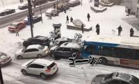 次々と吸い込まれてンググゥ~。カナダの凍結した道路ではパトカーも事故処理車も巻き込まれて凄いことになっていた。