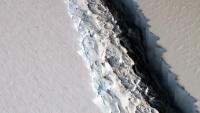 南極の棚氷に大きな亀裂。新たなる巨大氷山が誕生の見込み(NASA)