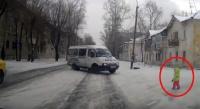 雪で滑りやすい道路に小さな子供が!その救出方法が事案だった。