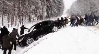 ロシア人男子の心意気。総勢20人以上。雪道で溝に落ちた車を一致団結して救助