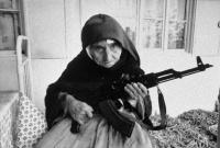 ハンドバッグでネオナチをぶんなぐる女性、AK-47で身を守るおばあちゃん。世界のすごい女性たちの9の報道写真