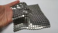 現代版「鎖かたびら」のようだ。NASAが開発した針も糸も通せない金属の布「宇宙織物」