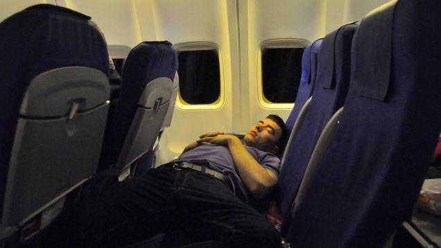 列車内、オフィス、空港…快適さに欠ける状況で少しでもマシな睡眠を取る方法