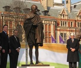 <英国>国会広場にガンジー像 印独立闘争100年で設置