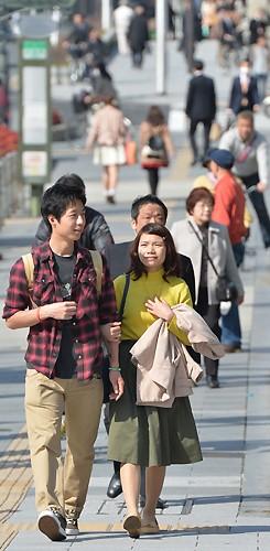 <ぽかぽか陽気>シャツの袖まくる人も 大阪のビジネス街