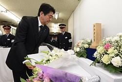 <地下鉄サリン>安倍首相「事件まだ終わらず」霞ケ関駅で