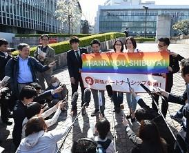 <同性カップル>渋谷区条例可決の瞬間…手握り喜びかみしめ