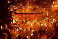 たいまつに火を付ける上がり子たち=和歌山県新宮市の神倉神社で2016年2月6日午後7時48分、久保玲撮影