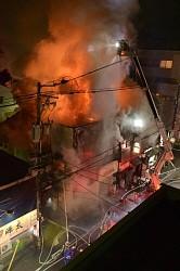 炎と煙が上がる雑居ビル=福井市順化で2016年2月10日午後9時28分、竹内望撮影