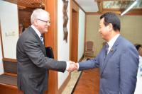 TPP交渉をめぐる2国間協議に臨む甘利明TPP担当相とオーストラリアのロブ貿易投資相(いずれの肩書も当時)=インドネシア・バリ島のヌサドゥア・ビーチホテルで2013年10月3日、代表撮影