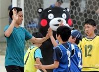 <熊本地震>香川選手がサプライズ訪問…くまモンとサッカー